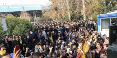 احتجاجات إيران تكسر المحرمات: تمزيق صورة الخميني وخامنئي