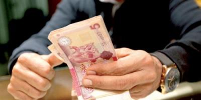 ما الذي يقف خلف التذبذب الواسع لسعر الدينار الليبي؟