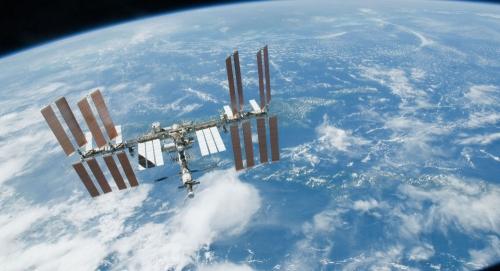 أول جريمة في الفضاء ... رائدة فضاء تتسلل إلى حساب زوجتها البنكي من المحطة الدولية