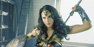 غضب جماهيري ... عمرو واكد يشارك ممثلة إسرائيلية في «المرأة الخارقة»