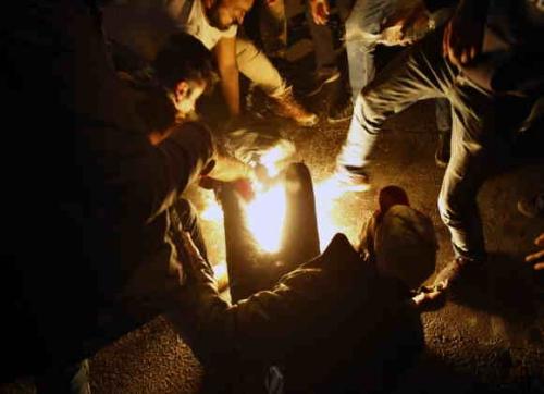 لبنان ... شخص يحاول حرق نفسه وسط عشرات المتظاهرين في بيروت