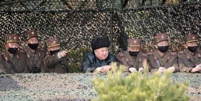 """بقلب ميت.. زعيم كوريا الشمالية يحضر تدريبات عسكرية بدون """"قناع طبى"""""""