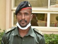 القائد العام السوداني يكرم جنديا أعاد مبلغا ماليا كبيرا لصاحبه