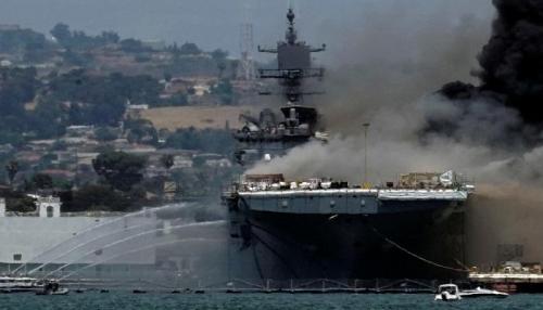 """حريق غامض يتسبب في إصابة 21 بحارا على ظهر السفينة الأمريكية """"بونهوم ريتشارد"""""""