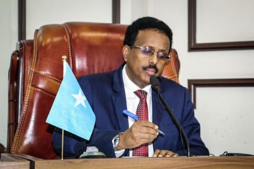 ضغوط خارجية وانقسامات داخلية تجبر الرئيس الصومالي على التخلي عن تمديد ولايته
