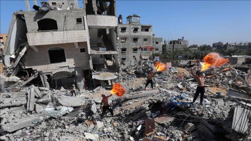 """بـ """"نفخ النار""""..شُبان غزة يبعثون """"رسائل الحياة"""" من فوق الركام"""