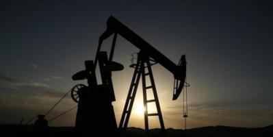 أسعار النفط تتقلب في نطاق ضيق وسط عوامل متضاربة