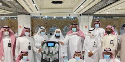 السعودية.. روبوت ذكي لتوزيع عبوات مياه زمزم دون تلامس في الحرمين الشريفين