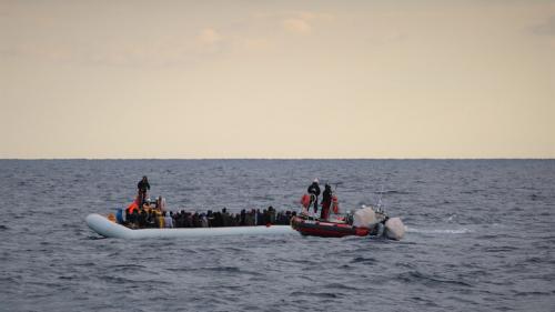 إنقاذ عشرات المهاجرين من الغرق قرب السواحل الليبية