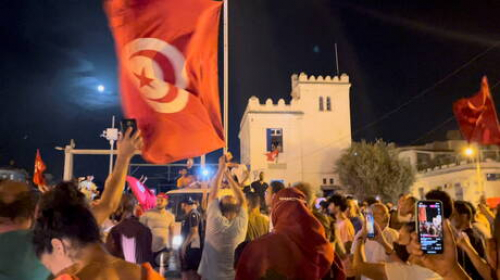 آلاف التونسيين يحتفلون بقرار الرئيس حل الحكومة وتجميد عمل البرلمان