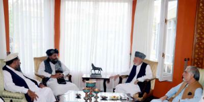 """أفغانستان.. كرزاي وعبد الله يناقشان مع حاكم كابل المعين من قبل """"طالبان"""" ضمان أمن المواطنين"""