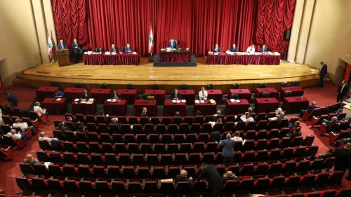 البرلمان اللبناني: قاضي مرفأ بيروت تجاوز سلطاته باستدعاء دياب