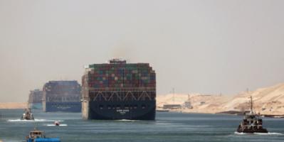 الأسطول المصري يسارع لتعويم سفينة جنحت في قناة السويس