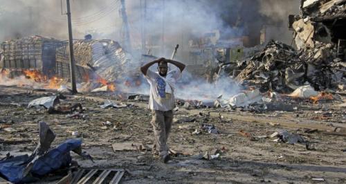حركة الشباب تغتال ضابطا رفيعا في الاستخبارات الصومالية وحراسه بتفجير سيارته